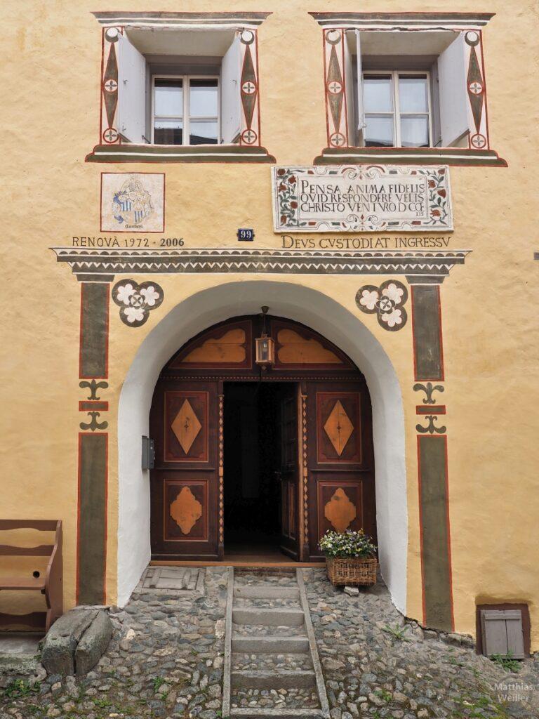 Engadinerhaus, Eingang mit 2 Fesntern drüber, helles ocker, braun/orange, Ardez