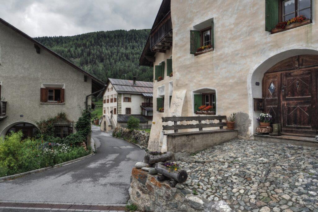 Engadinerhaus, Mauern direkt an Straße, Bos cha