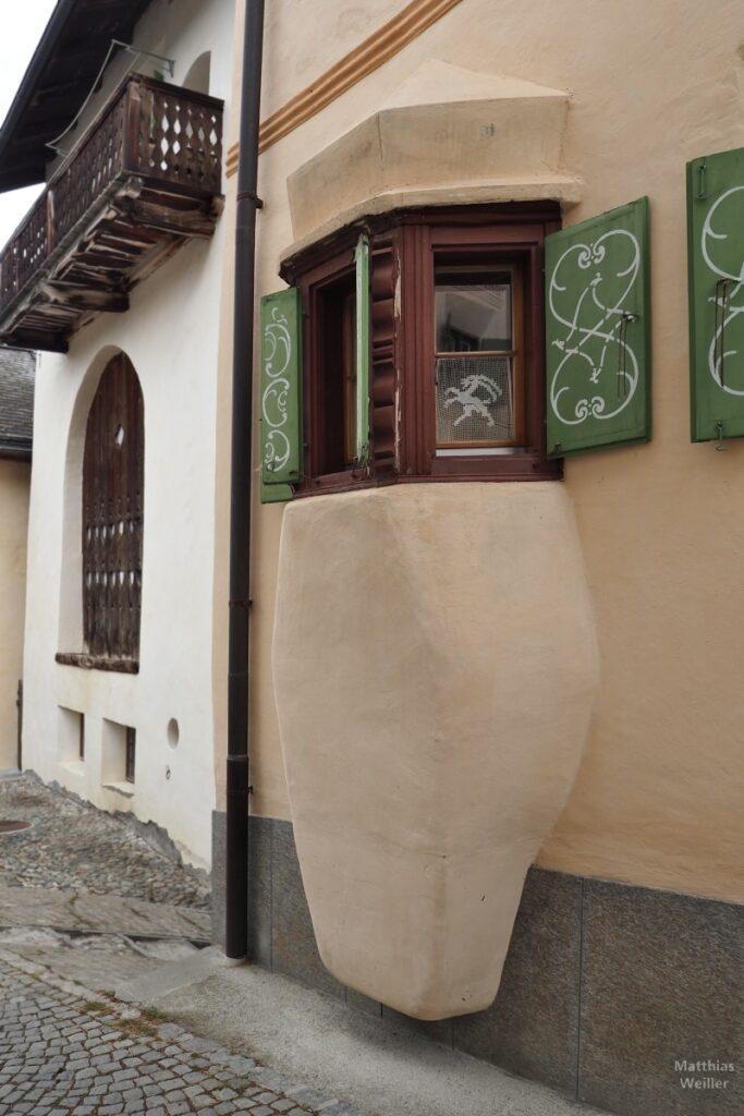 Engadinerhaus, Erker, sanfarben, Fenster Holz, grüne Laden, Ardez