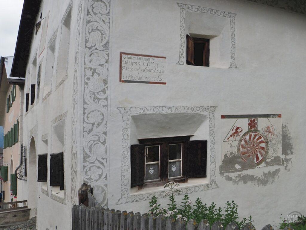 Engadinerhaus weiß, rote Zeichnung, Guarda