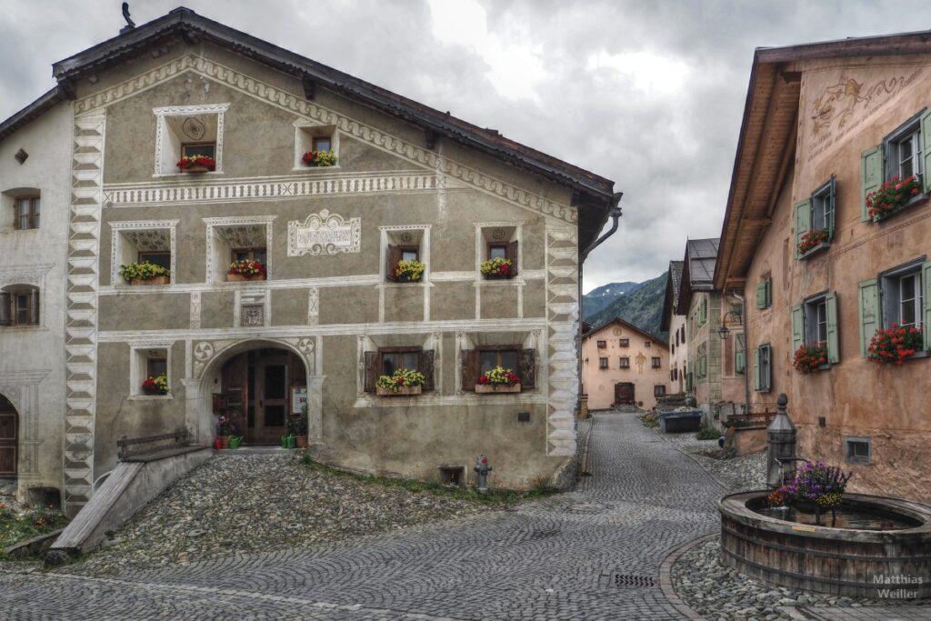 Engadinerhaus, Dorfbild Guarda mit Brunnen