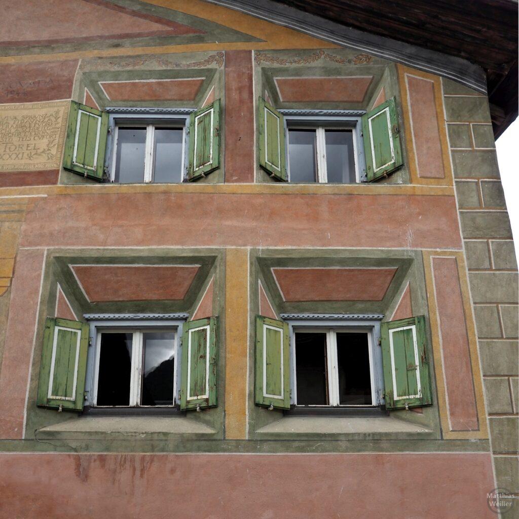 Engadinerhaus, 4 Fenster, grüne Läden, rostbraune Fassade, Guarda