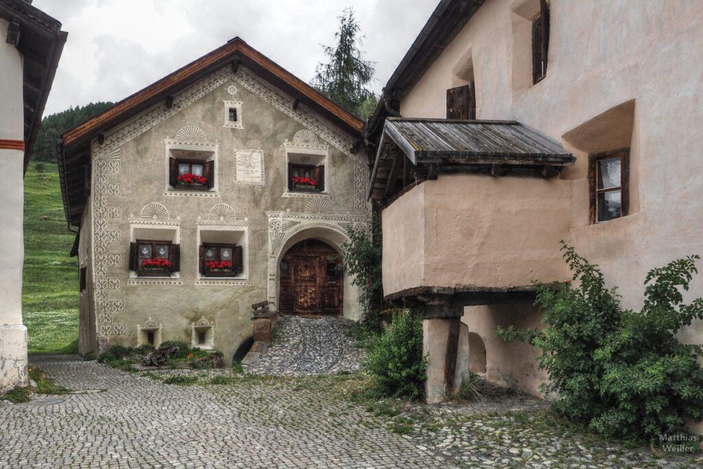 Engadinerhaus graugrün, im Vordergrund Küchenausbau, Guarda