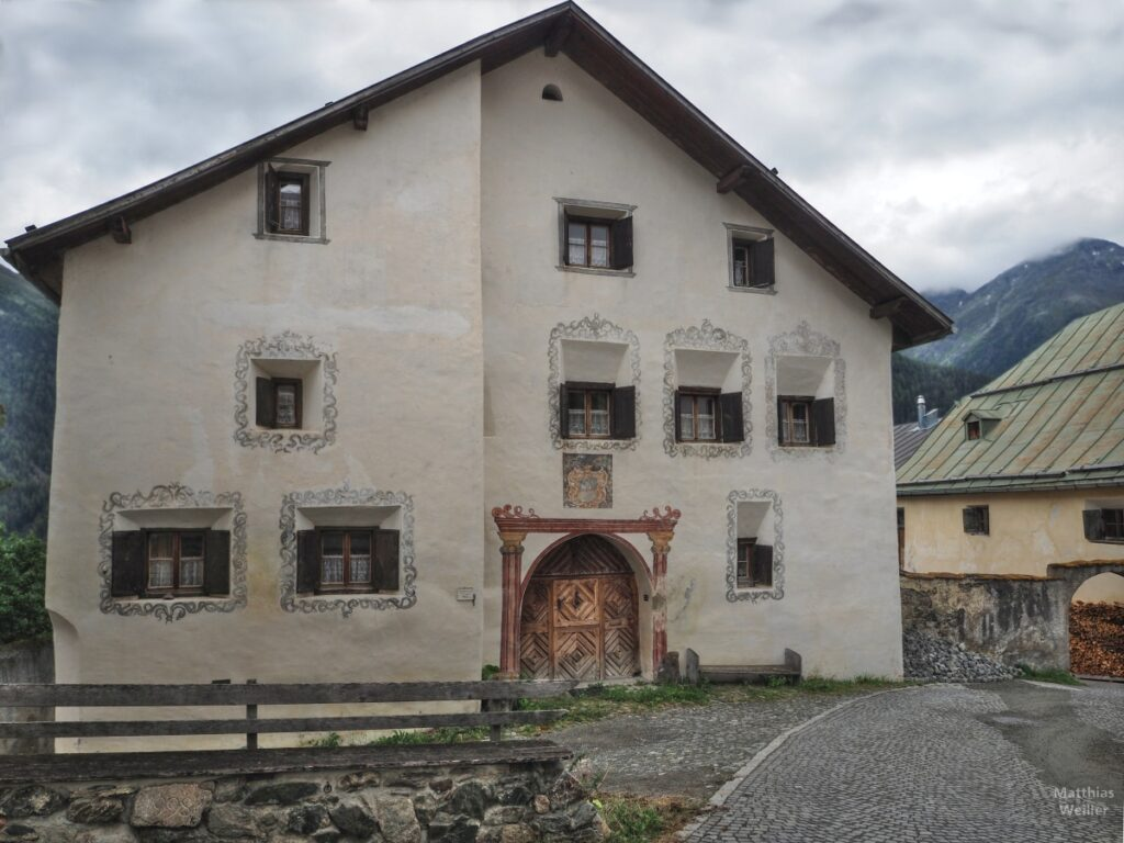 Engadinerhaus, beige, mit großem Tor, Guarda