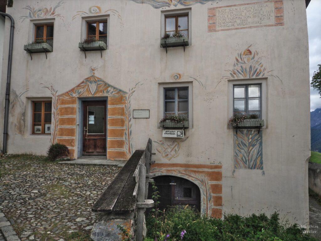 Engadinerhaus, Tür mit Ockerumrandung, Guarda