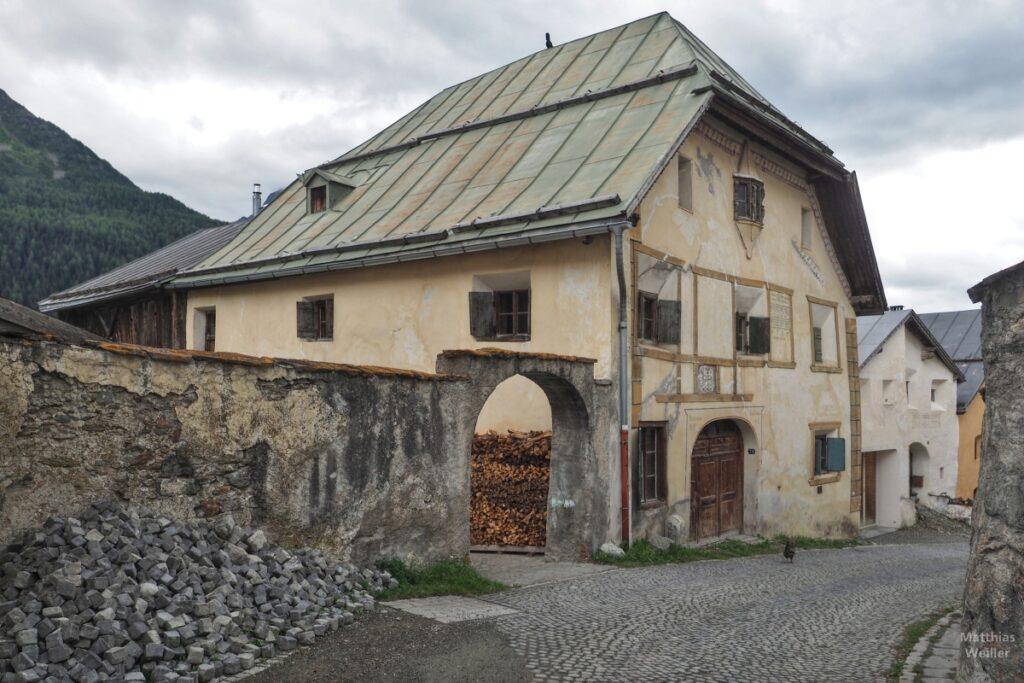 Engadinerhaus verfallene Fassaden, Bauernhaus, Guarda