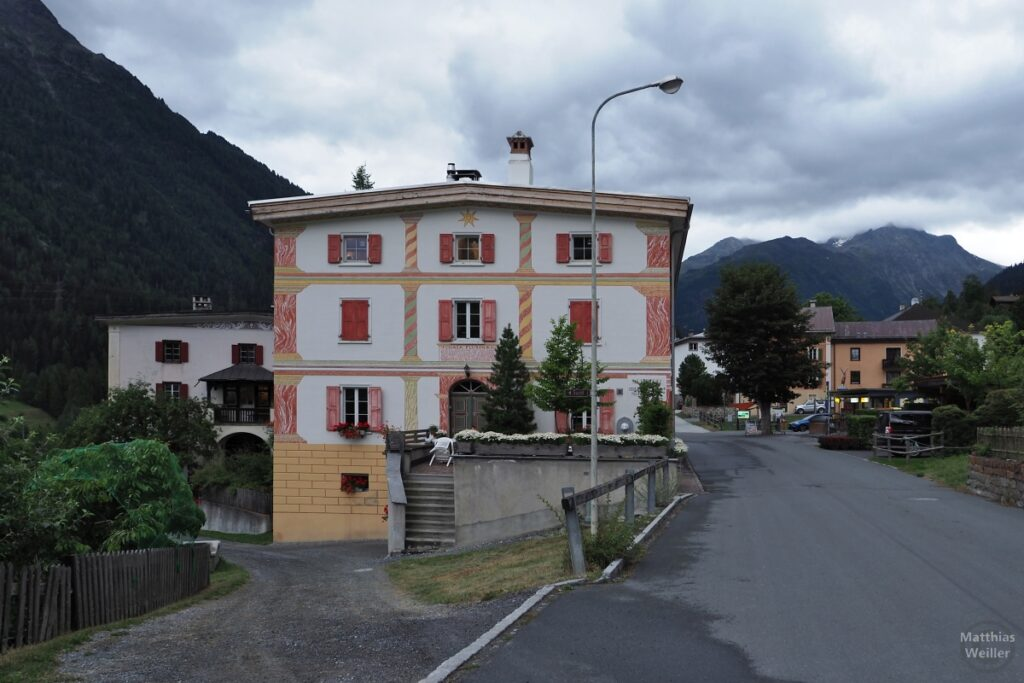 Engadinerhaus weiß/weinfarben/gelb, modern, Lavin