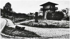 Schwarz-weiß-stilsiertes Bild von Limesturm und Limeszaun neben Straßenkurve