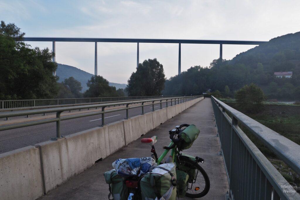 Kochertalbrücke in Flucht von Brücke mit Landstraße