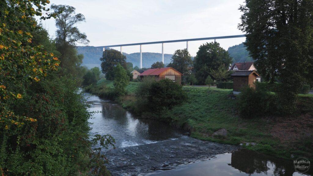 Kochertalbrücke im Hintergrund mit Bühler im Vordergrund und Ausschnitt Geislingen-Dorf