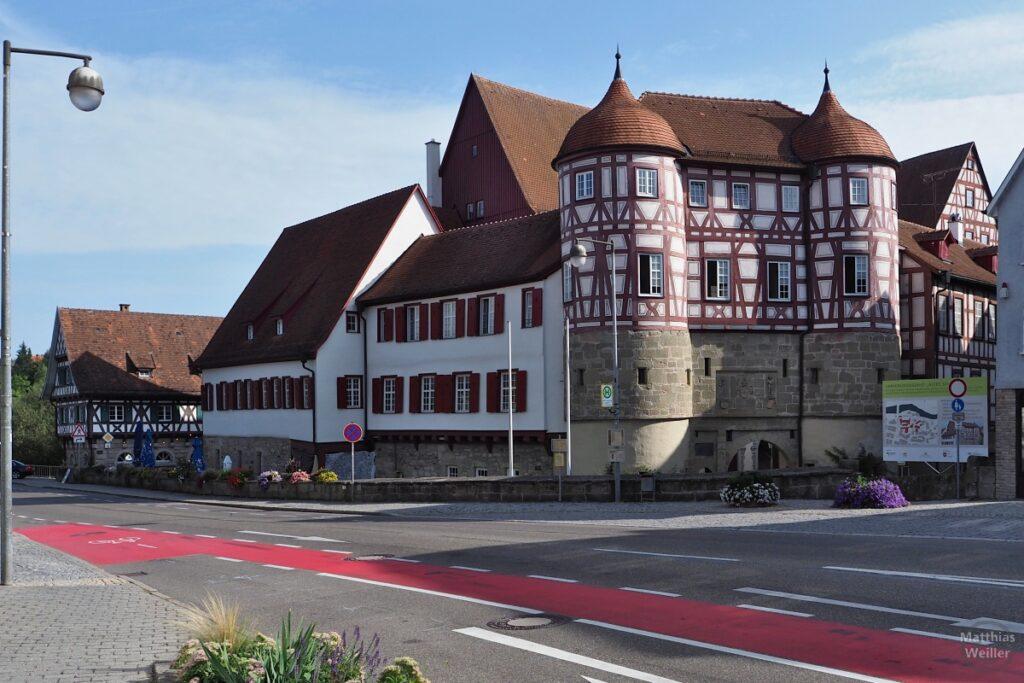 Doppeltürmiges Schloss Gaildorf mit rotem Fachwerkstil