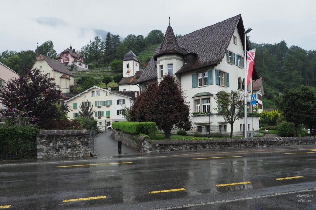 Türmchenhäuser, Kirche mit Weinberg in Weesen