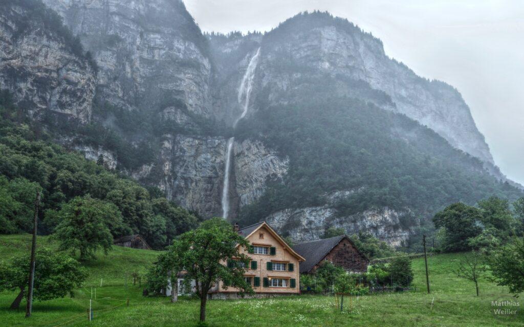Totale der Seerenbachfälle hinter zwei Bergäusern