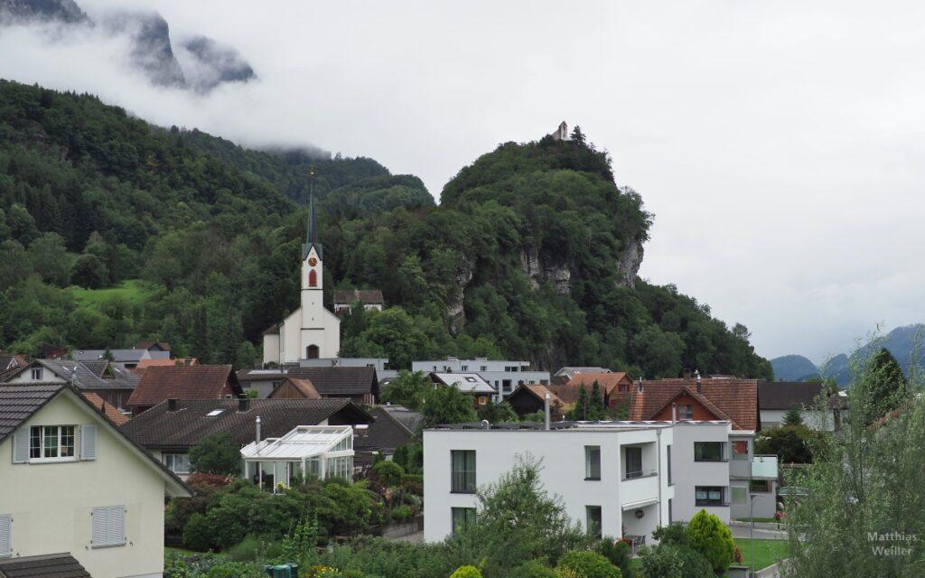 Bertschis mit Kirche und Kapelle auf Fels über dem Ort