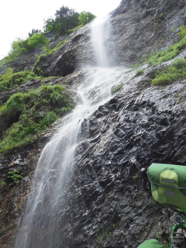 Von oben sprießender Wasserfall, Froschjperspektive mit Ausschnitt Velo