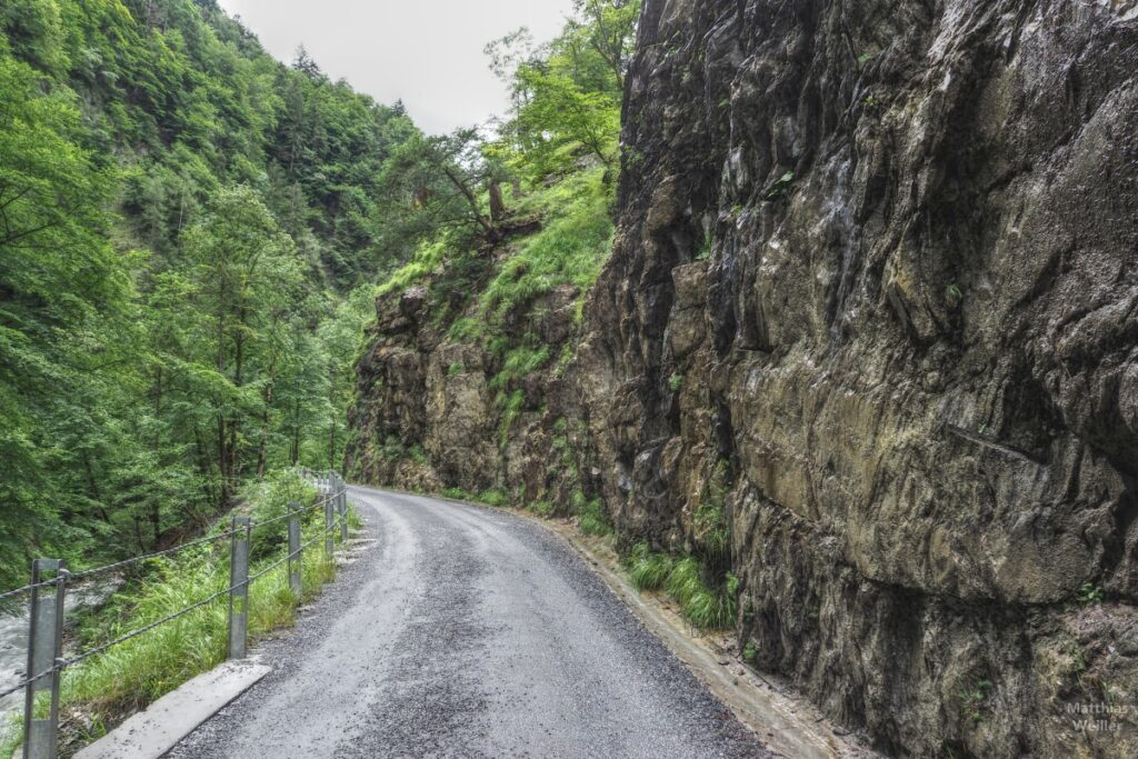 Tropfnasses Gestein am Pistenweg Taminaschlucht