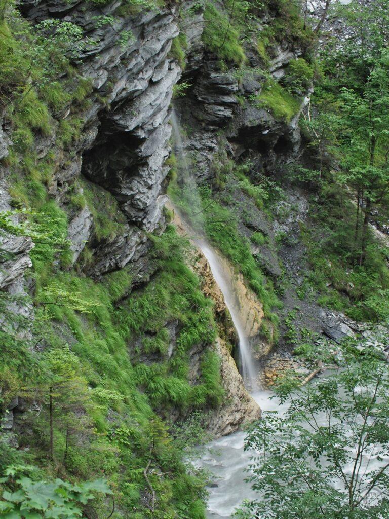 Wasserfallstrahl aus Fels