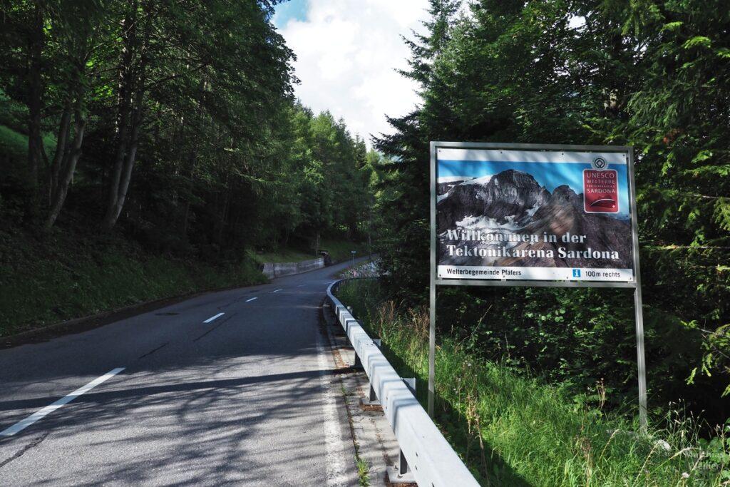 """Straße mit Schild """"Willkommen in der Tektonikarena Sardona"""""""