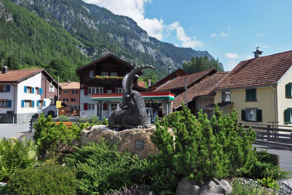 Vättis-Dorfkern mit Steinbockskulptur