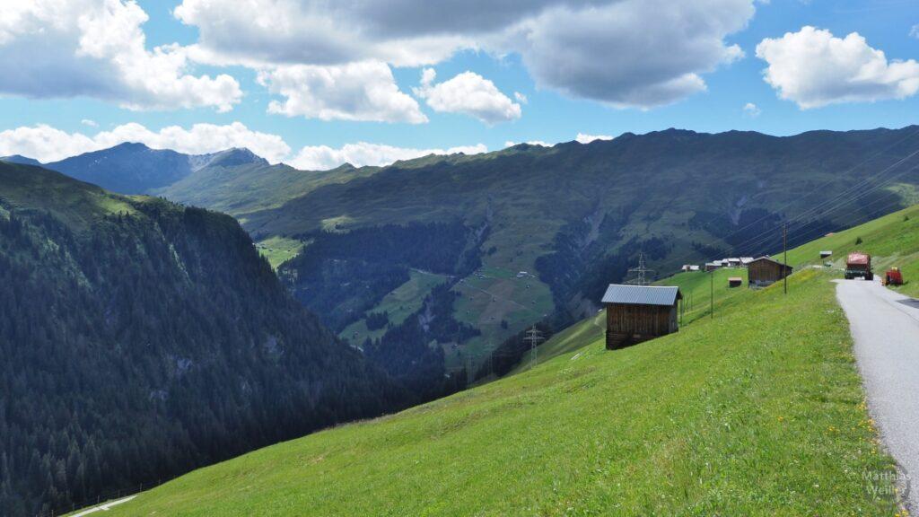 Bergpromenade am Galspass mit Hütten, Bergwiese