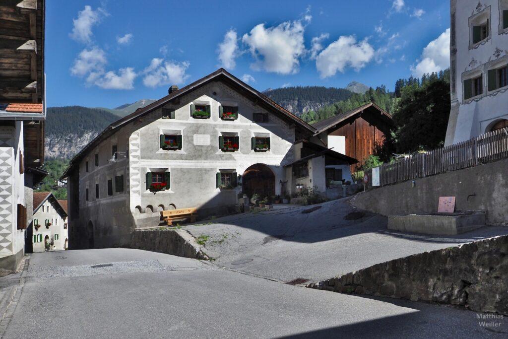 Haus mit Dorf vor Berg