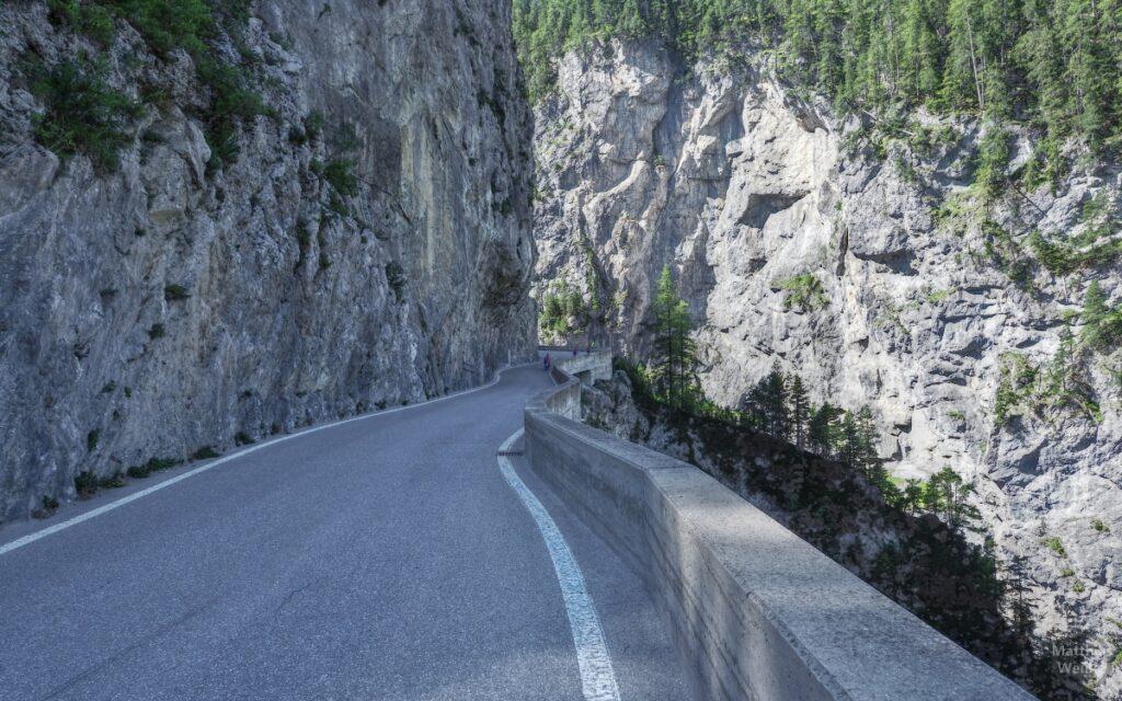 Straße durch Felsschlucht