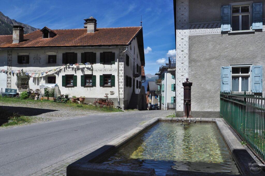 Brunnen mit Dorfperspektive Bergün