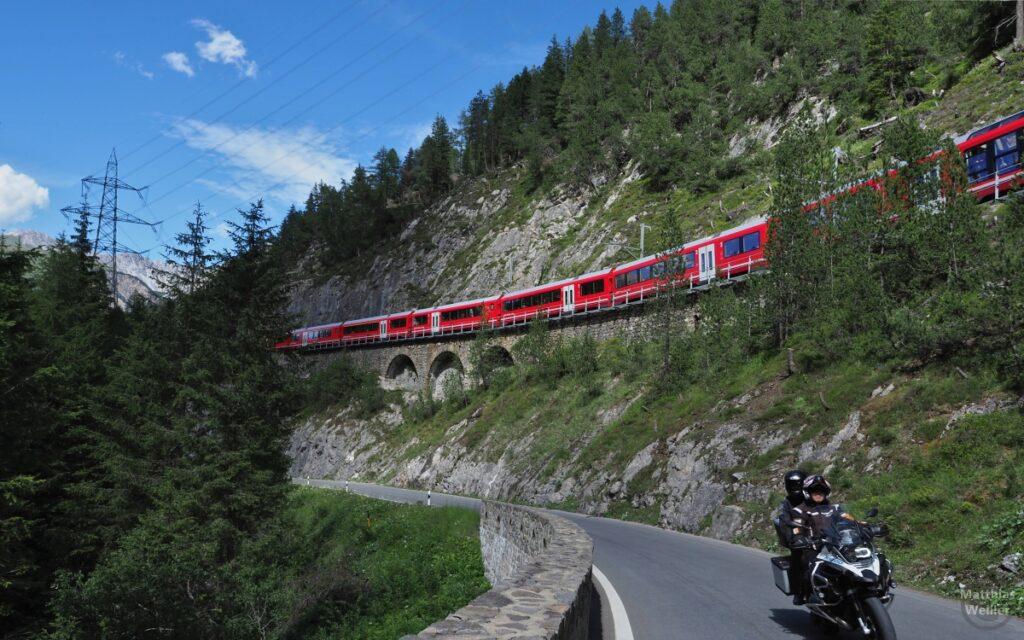 Bahntrasse über Strasse mit Bahn, Motorrad