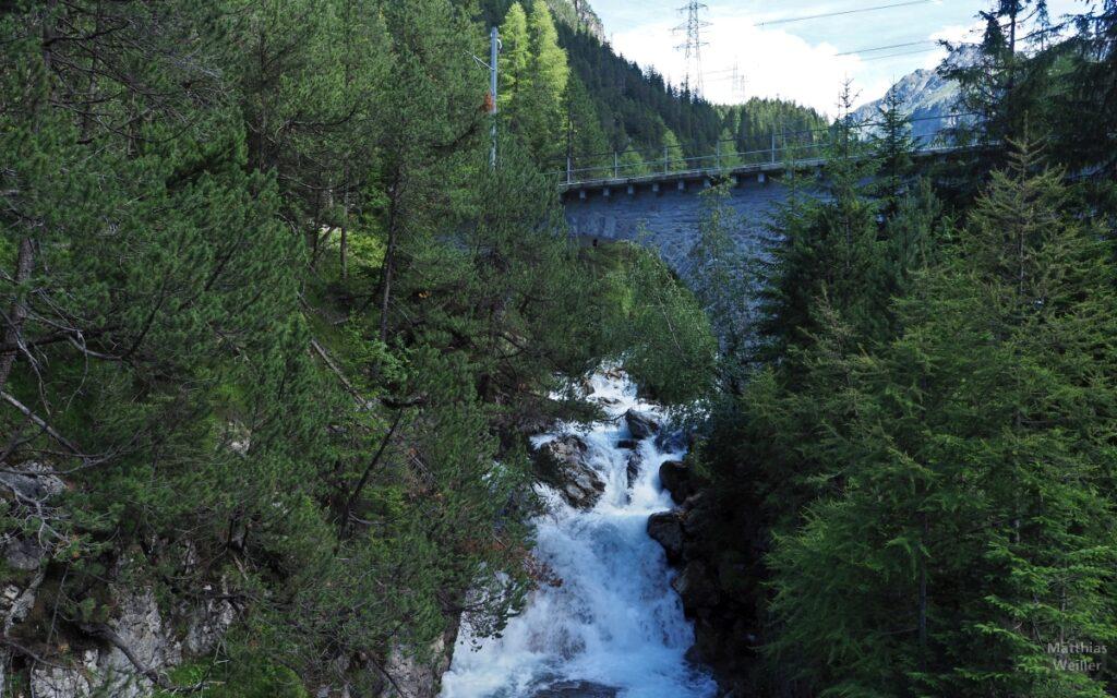 Bahntrasse über Wasserfall