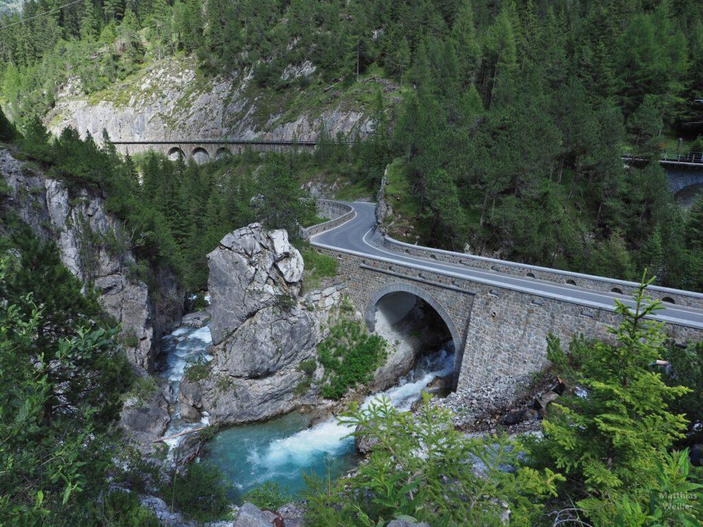 Straßen- und Bahntrasse über wilde Albula