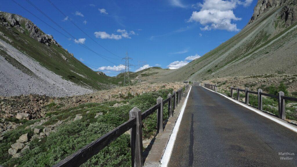 Albulapass, Straße mit Geröllhängen