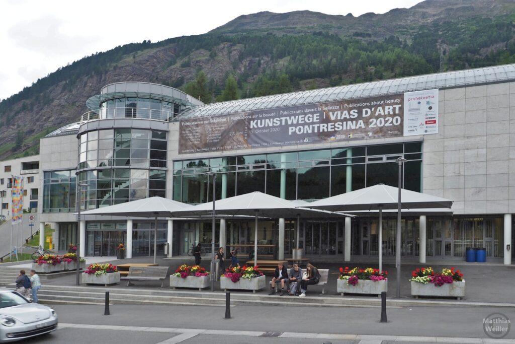 """Kongresszentrum Pontresina mit Plakat """"Kunstwege/Vias d'Art Pontresina 2020"""""""