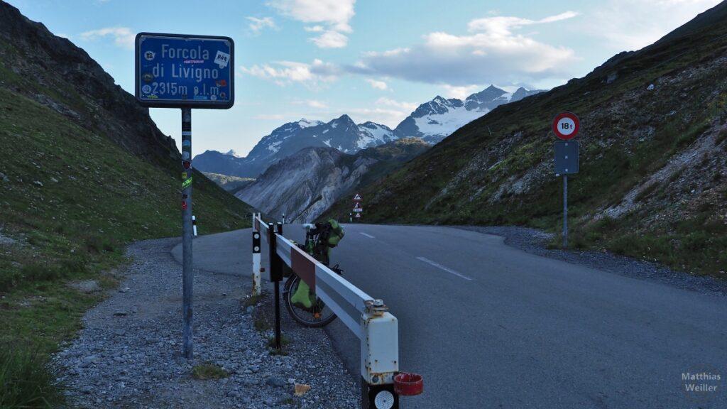 Passhöhe Forcola di Livigno, Passschild, Velo, Schneegipfel