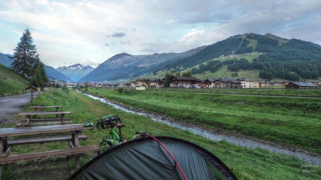 Blick auf Livigno vom Seeanfang aus, Picknickplatz, Zeltteil und Velo
