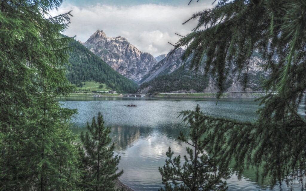 Blick über Livigno-See mit Zuckerhutbergen