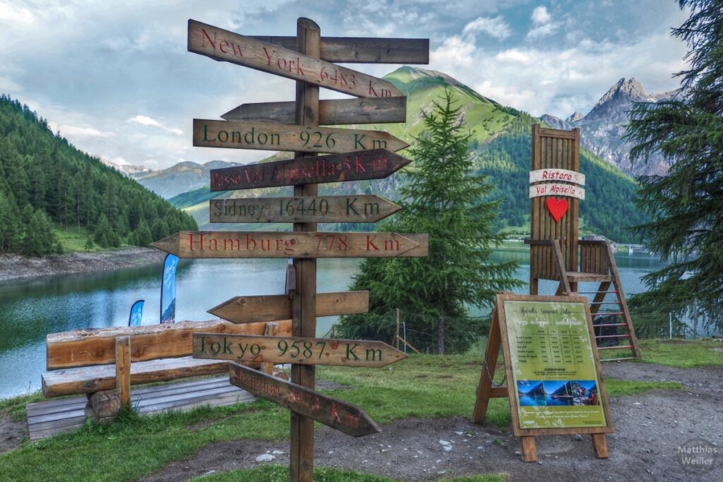 Globales Wegeschilderkreuz vor Livigno-See