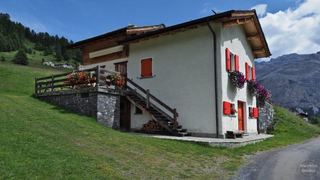 Berghaus mit roten Läden