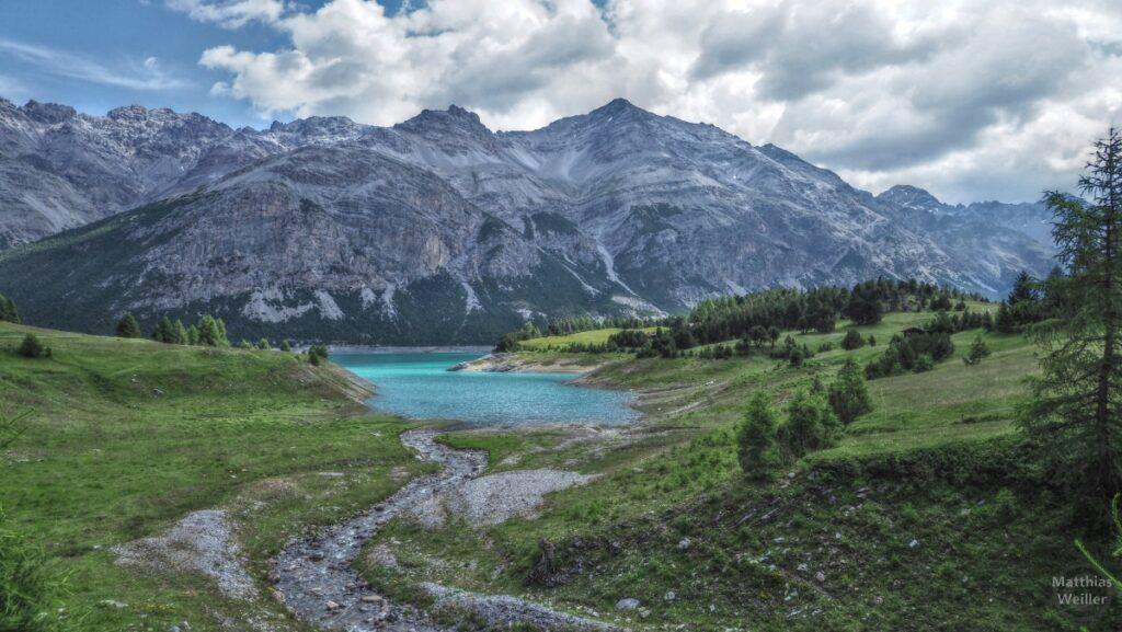 Blick auf San-Giacomo-See (karibikblau) mit Gipfelkette