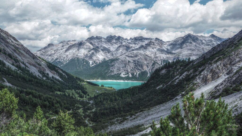 Blick vom Val Trela auf San-Giacomo-See mit Gipfelkette/Karibikblau