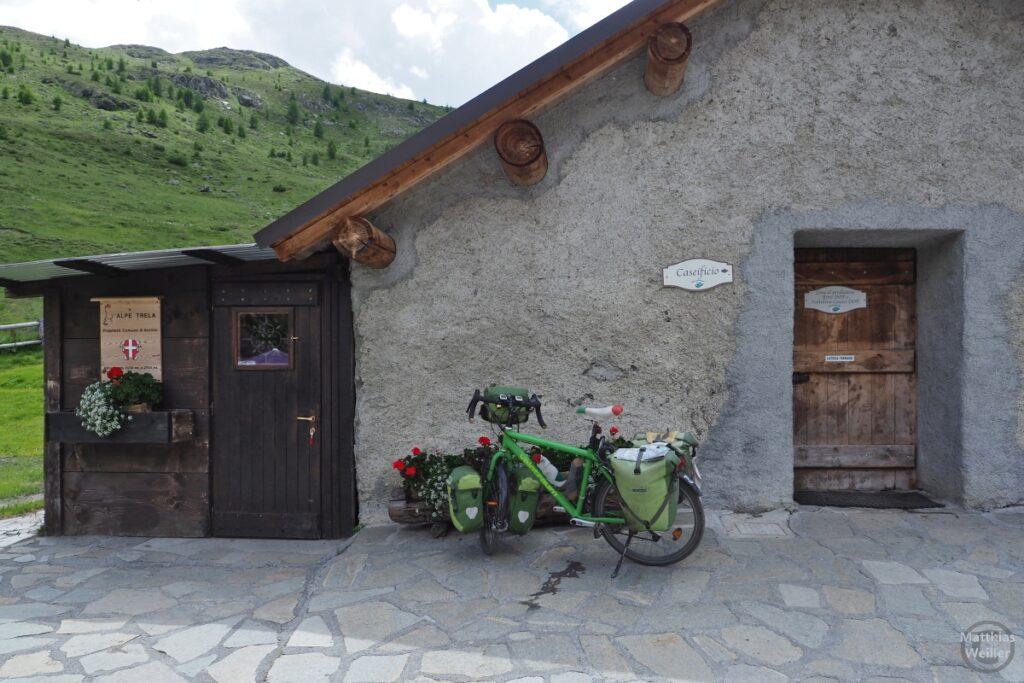 Grünes Reisevelo vor Alpe Trela