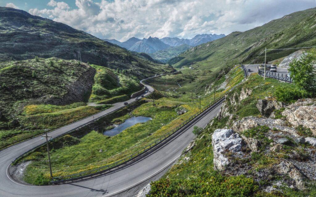 Serpentine am Passo Foscagno mit offener Berglandschaft