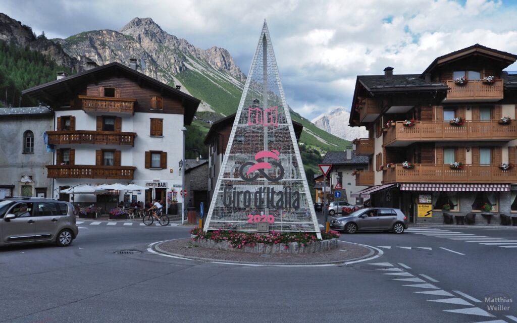 "Piazza in Isolaccia mit Pyramide ""Giro d'Italia 2020"" und Berghintergrund"
