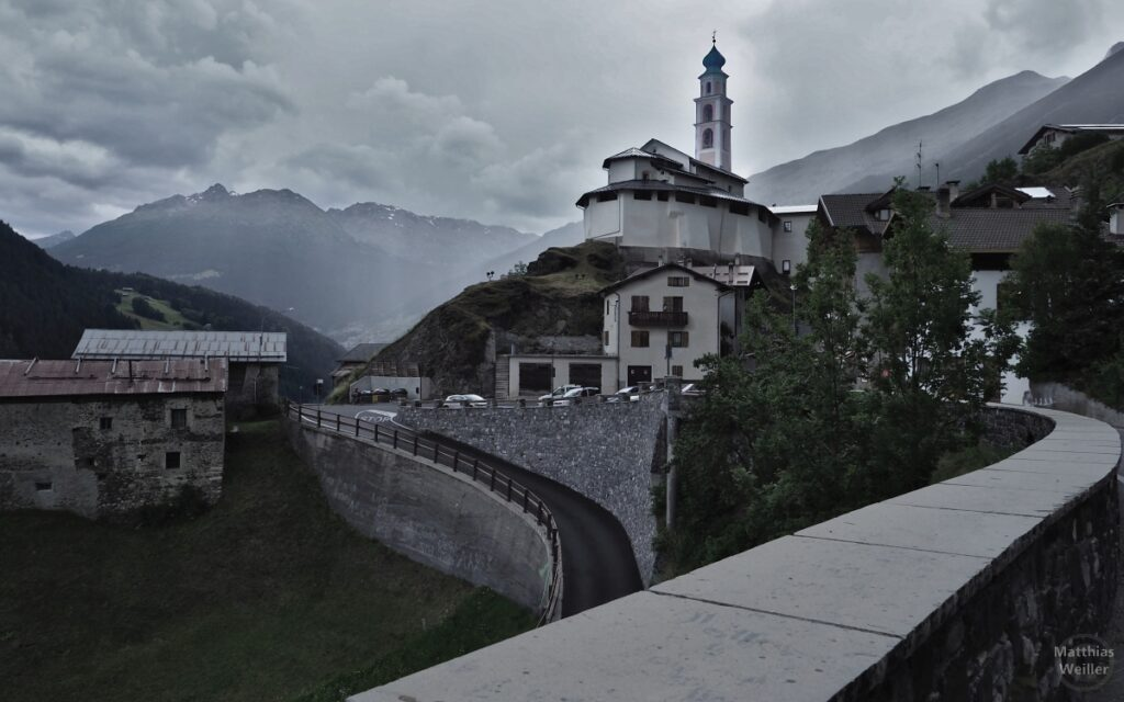 Kirche auf Hügel in Pedenosso, Froschperpektive, entsättigt