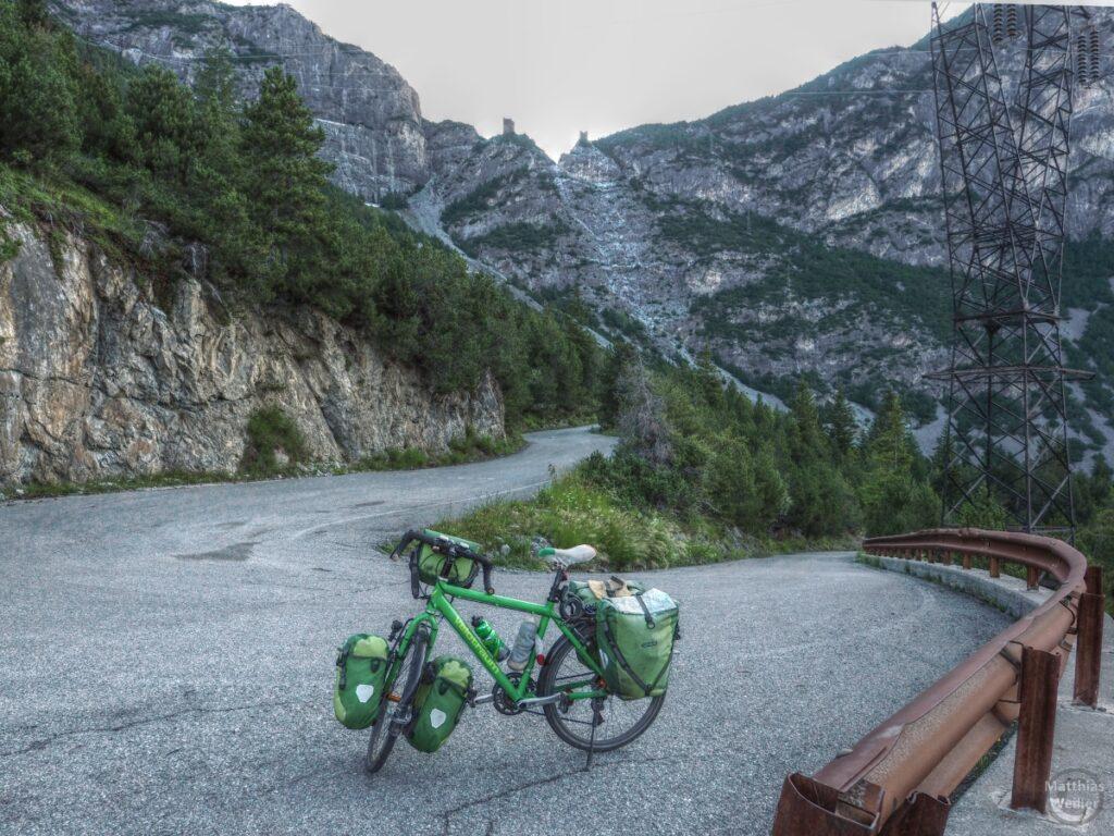 Spitzkehre mit grünem REsievelo und Torri di Fraéle im Hintergrund
