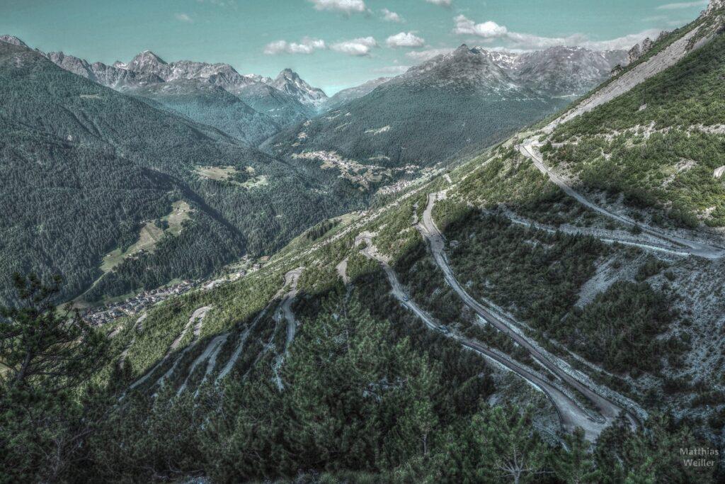 Serpentinen vom Torri di Fraéle mit Valdidentro und Gebirgskessel