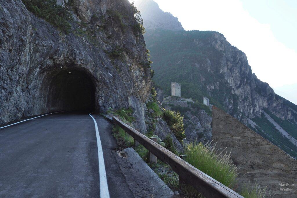 Felstunnel mit den beidne Türmen am Passo Torre di Fraéle