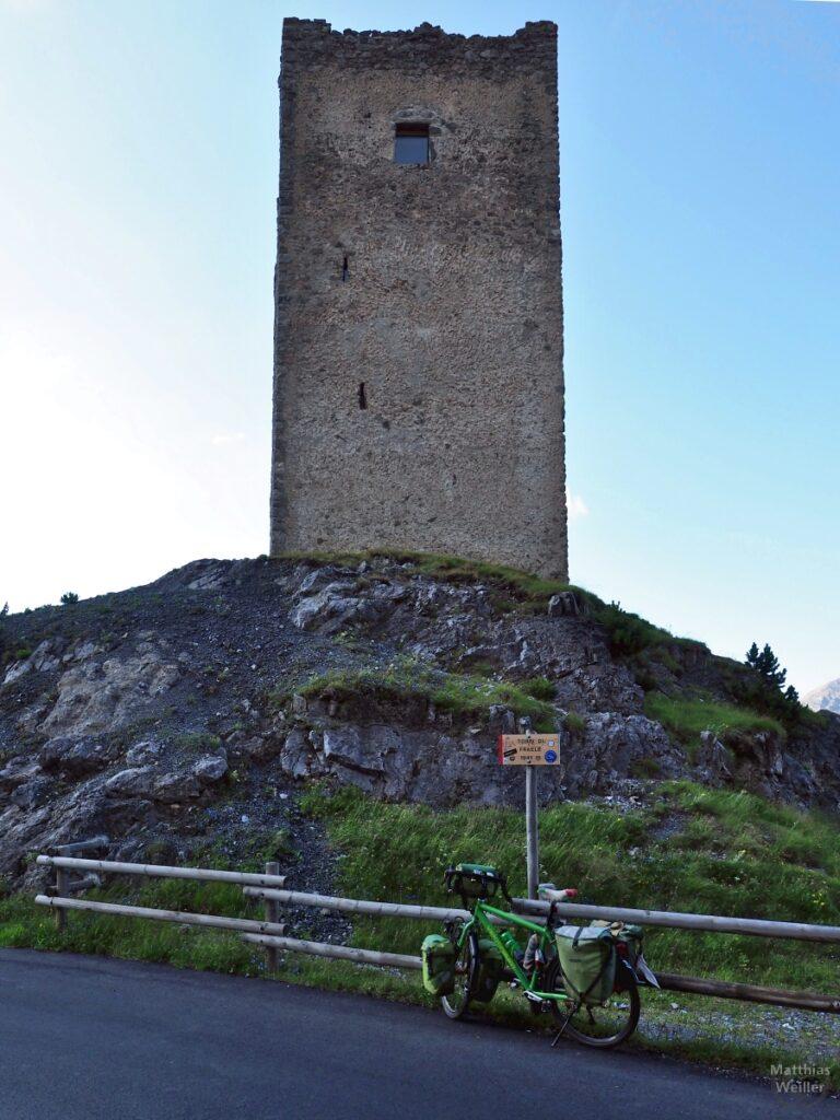 Erster Turm am Passo Torri di Fraéle mit grünem Reisevelo