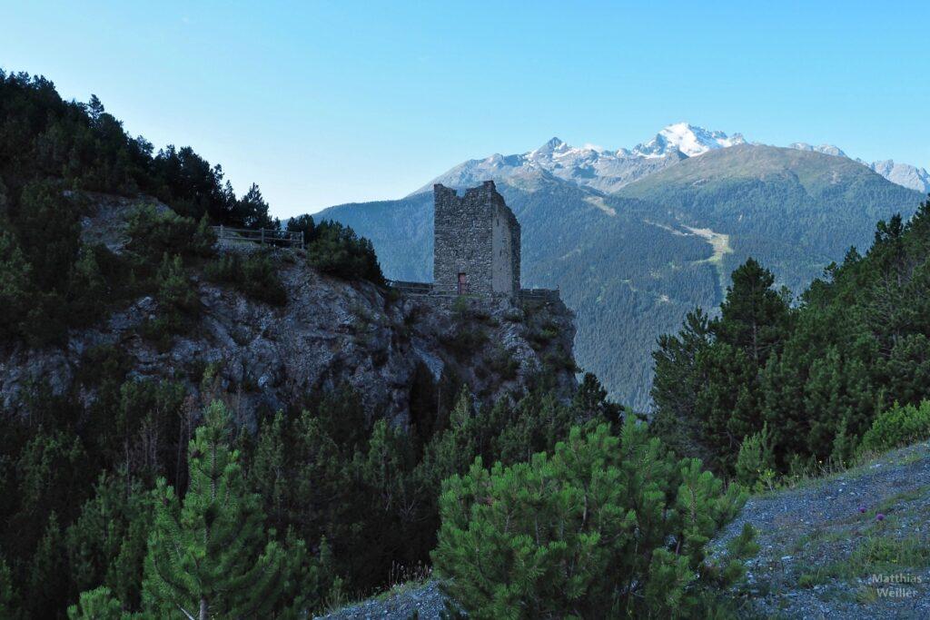 Zweiter Turm am Torri di Fraéle mit Schneegipfel im Hintergrund
