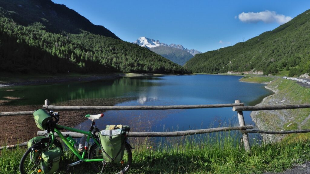 Grünes Reisevelo vor Scale-See und Schneebergkergkulisse
