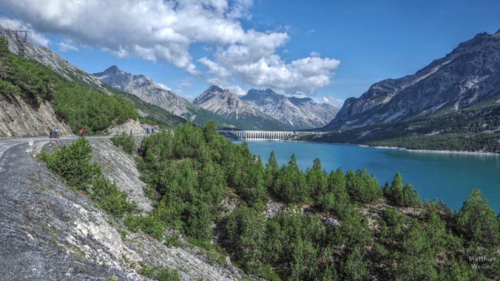 Blick von Piste über Cancano-See, Stadamm und Bergkulisse, Radler